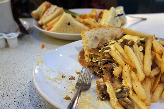 ダイナーでサンドイッチとポテト