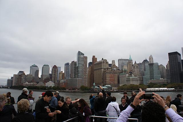 船からマンハッタンを見る